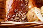 Chleb w zbliżenie kosz wiklinowy — Zdjęcie stockowe