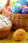 Пасхальные украшения - яйца, торт и корзина на столе — Стоковое фото