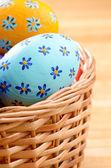 飾られた卵をイースター バスケット — ストック写真