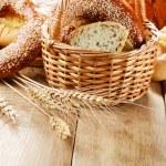 Группа булочки буханок хлеба рулетики на деревянный стол — Стоковое фото