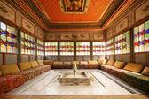 Crimea khan palace interior room with sofa and fountain — Stock Photo