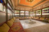 克里米亚汗宫内室与沙发和喷泉 — 图库照片