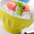 Cottage cheese with kiwi and grapefruit — Stock Photo