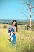 Young woman holds violin — Foto Stock
