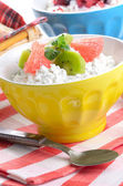 Cottage cheese with kiwi and grapefruit — Stockfoto