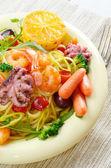 Zeevruchten spaghetti pasta schotel met octopus en garnalen — Stockfoto