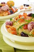 Skaldjur spaghetti pastarätt med räkor och bläckfisk — Stockfoto
