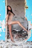 Vacker kvinna i förstörd byggnad — Stockfoto