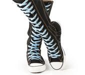 Calzado deportivo - zapatillas de deporte de alta superior rodilla — Foto de Stock