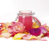 Aromatické vody růže a lístky — Stock fotografie