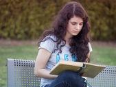 Tonåring flicka läsa bok — Stockfoto
