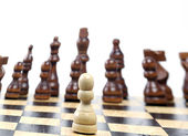 Pezzi di scacchi in legno su sfondo bianco — Foto Stock