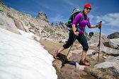 Kar ile dağlarda yürüyüş kadın — Stok fotoğraf