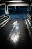 Parcheggio garage nel seminterrato, interno sotterraneo, segno di freccia — Foto Stock