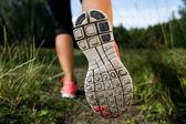 Kobieta i buty do biegania w lesie, wykonując w przyrodzie — Zdjęcie stockowe