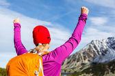 Turystyka sukces, kobieta w górach — Zdjęcie stockowe