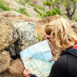 Trail runner checking map — Foto Stock