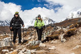 Couple walking and hiking in Himalaya Mountains — Stock Photo