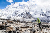 Woman hiking with Everest in background — Stock Photo