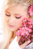 Portrait of a beautiful woman with blossoms, spring — Foto de Stock