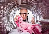Młody człowiek robi pranie widok od wewnątrz pralki — Zdjęcie stockowe