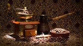 Vintage kaffekvarn och metall turk med kaffebönor — Stockfoto