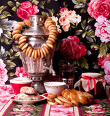 Traditional Russian tea and buns — Stock Photo