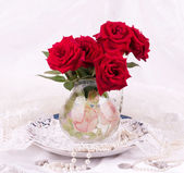 Beautiful red roses in a vas — Stock Photo