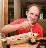 Man eating sushi — Stock Photo