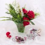 piękny zestaw herbaty, obrączki i czerwone róże — Zdjęcie stockowe #13682094