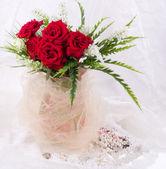 Güzel kırmızı gül ve takı — Stok fotoğraf