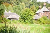 Vieille église en bois dans le village — Photo
