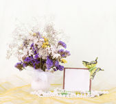 Beautiful spring flowers in a glass vase with banner add — Stockfoto
