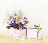 Dodać piękne wiosenne kwiaty w wazonie szkła z banerem — Zdjęcie stockowe