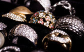 Beaux bijoux sur fond noir — Photo