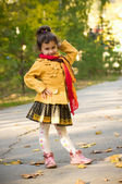 Little girl in the autumn park — Stockfoto