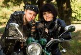 Couple heureux près d'une moto — Photo