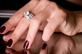 Hand med gyllene smycken på svart bakgrund — Stockfoto