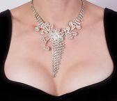 Poitrine de femme avec bijoux — Photo