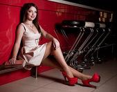 Portret van mooie jonge vrouw in club — Stockfoto