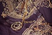 Collana gioielli sullo sfondo pizzo biancheria — Foto Stock