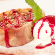 Foto Stock: Tasty fruit cake and ice cream