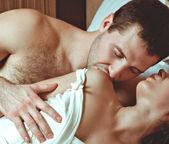 Mutlu genç bir çift yatakta — Stok fotoğraf