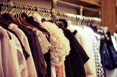 Modekläder hänga på en galge — Stockfoto
