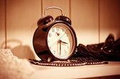 винтажные часы на деревянный стол — Стоковое фото