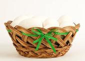 Huevos en la cesta en blanco — Foto de Stock