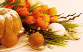 Traditional Easter cake and easter eggs with flowers — Stock Photo
