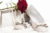 El zapato nupcial, flores y joyería hermosa — Foto de Stock