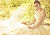 Όμορφο κορίτσι στο λευκό καλοκαιρινό φόρεμα στέκεται στον κήπο — Φωτογραφία Αρχείου