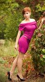 Vacker ung kvinna i vårträdgård — Stockfoto